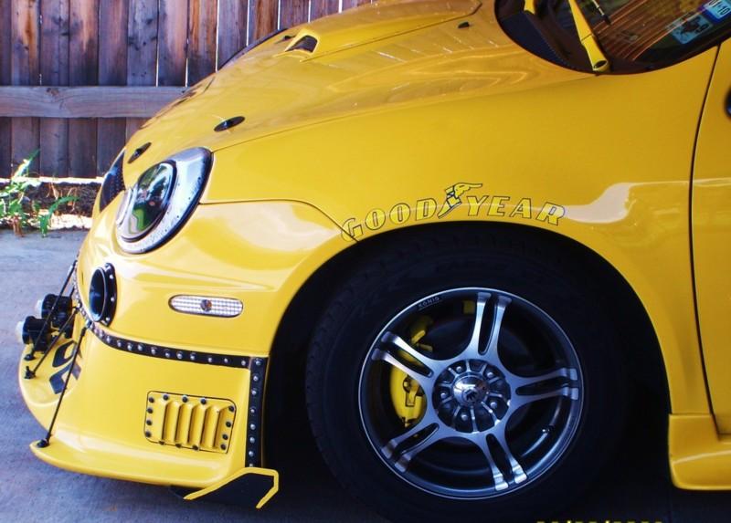 Velmi žlutý Dodge Neon 2