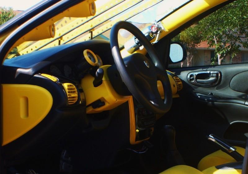 Velmi žlutý Dodge Neon 5