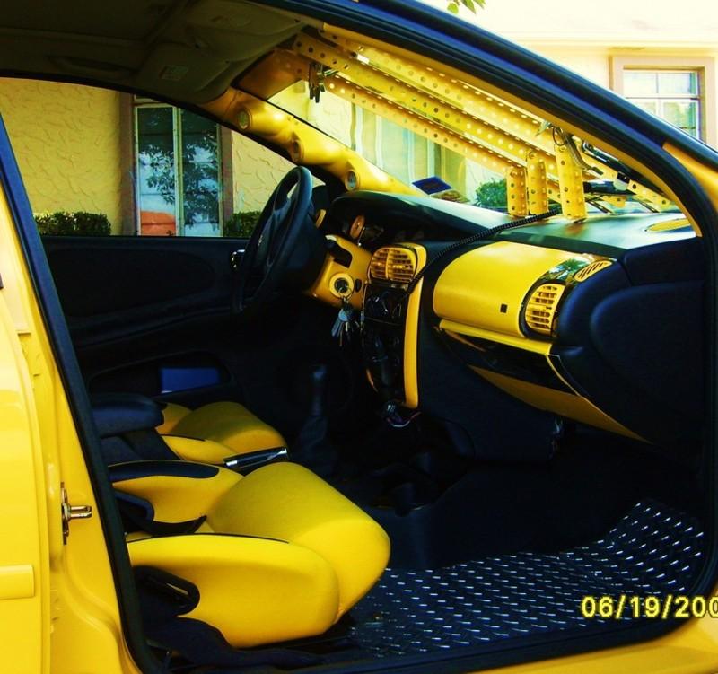 Velmi žlutý Dodge Neon 6