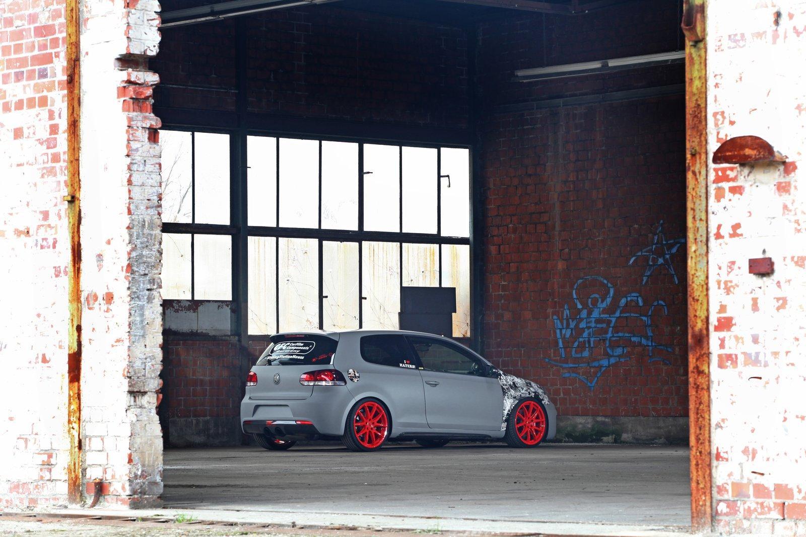 Matně šedý Volkswagen Golf GTI od SFC 3