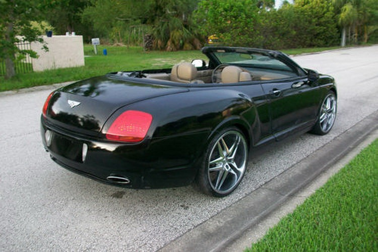 Chrysler Sebring převlečen za Bentley Continental 5