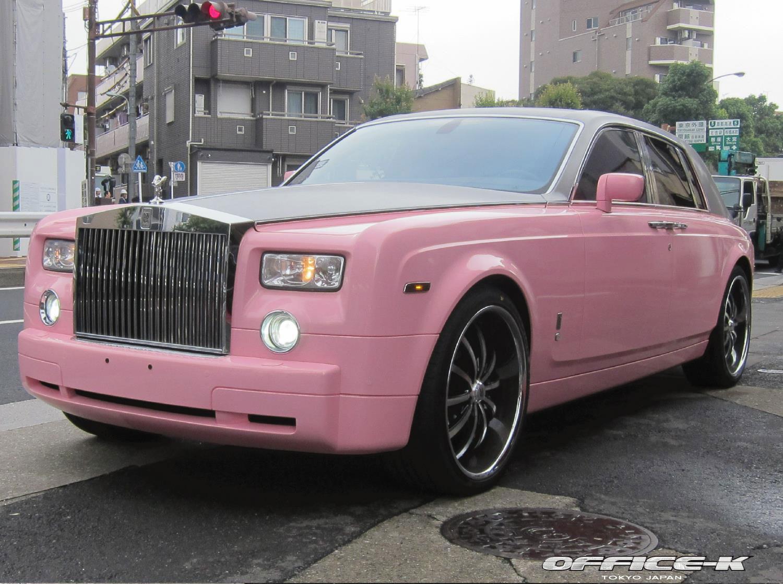 Rolls-Royce Phantom v růžovém kabátu od Office-K 3
