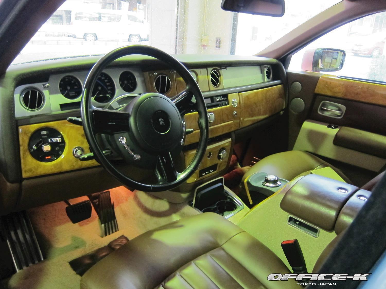 Rolls-Royce Phantom v růžovém kabátu od Office-K 8