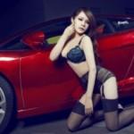 Číňanka pózuje u Lamborghini Gallardo