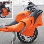Originální motorka s koly vedle sebe