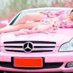 Růžový Mercedes-Benz CLS s asijskou kočkou