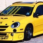 Velmi žlutý Dodge Neon
