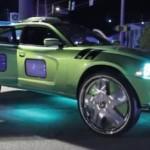 Bláznivý Dodge Charger s obrazovkami ve dveřích a na obřích kolech