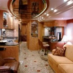 Luxusní autobus obložený mramorem