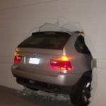 S BMW X5 skrz zeď