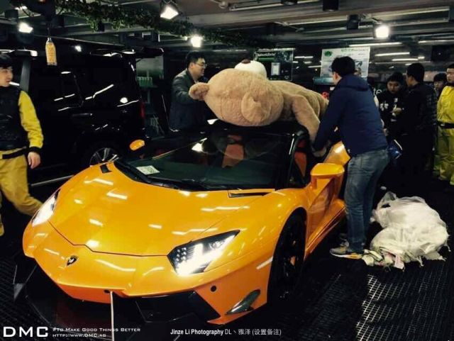 lamborghini-aventador-wearing-a-teddy-bear-on-its-roof-stops-traffic-in-china_2
