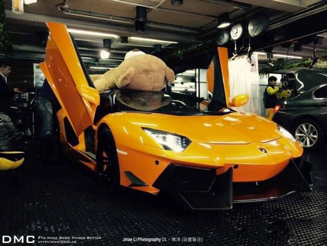 lamborghini-aventador-wearing-a-teddy-bear-on-its-roof-stops-traffic-in-china_3