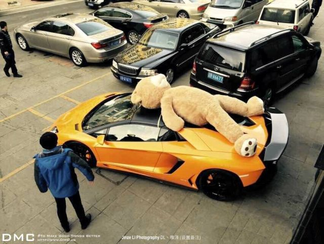 lamborghini-aventador-wearing-a-teddy-bear-on-its-roof-stops-traffic-in-china_4
