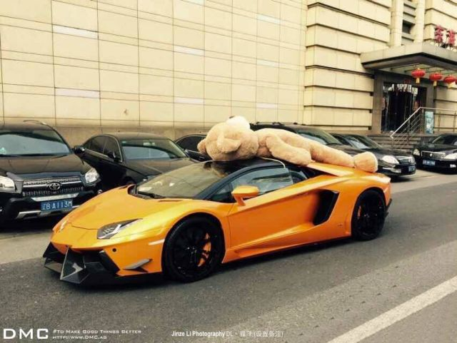lamborghini-aventador-wearing-a-teddy-bear-on-its-roof-stops-traffic-in-china_6