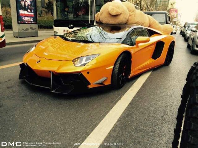 lamborghini-aventador-wearing-a-teddy-bear-on-its-roof-stops-traffic-in-china_8