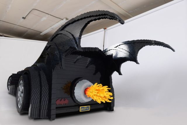 this-18-feet-long-batmobile-is-made-of-500000-lego-bricks_3