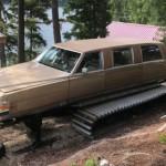 Starší Luxusní Cadillac zkřížený s rolbou